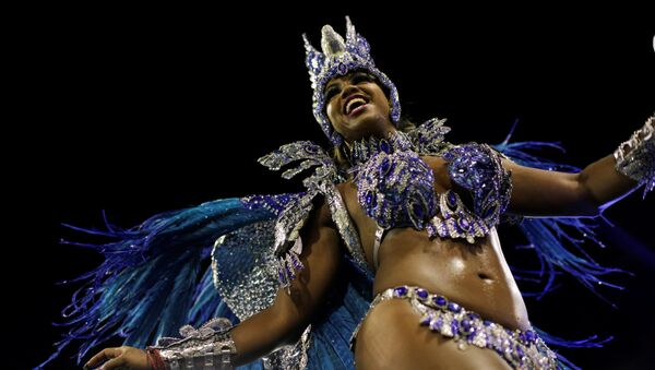 Участница бразильского карнавала в Рио-де-Жанейро - Sputnik Ўзбекистон