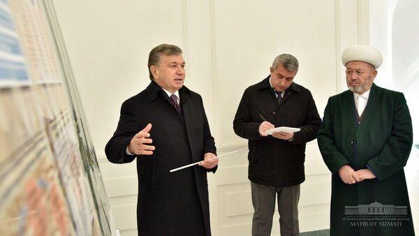 Шавкат Мирзиёев во время посещения мемориального комплекса Ходжа Абдухолик Гиждуваний - Sputnik Ўзбекистон