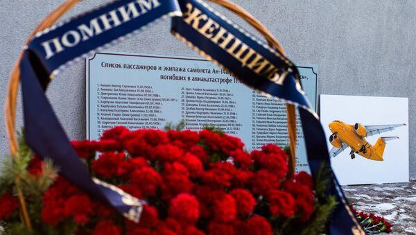 Цветы в память о погибших при крушении самолета Ан-148 - Sputnik Узбекистан