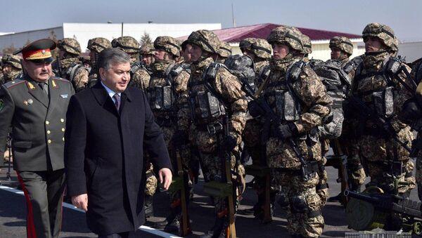 Мирзиёев в Когоне ознакомился с условиями для военных - Sputnik Ўзбекистон