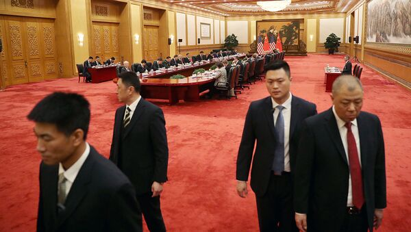 Сотрудники китайских спецслужб во время встречи президента США Дональда Трампа и главы КНР Си Цзиньпина в Пекине. 9 ноября 2017 - Sputnik Ўзбекистон
