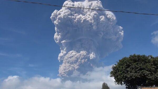 Izverjeniye vulkana v Indonezii - Sputnik Oʻzbekiston