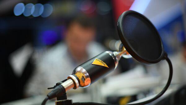 Микрофон в студии радио Sputnik, архивное фото - Sputnik Узбекистан