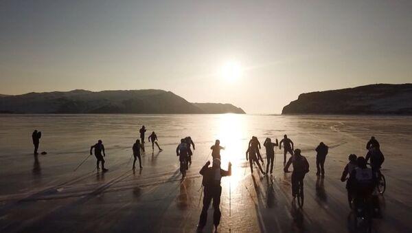 На льду Байкла устроили гонки на велосипедах, лыжах и коньках - Sputnik Узбекистан