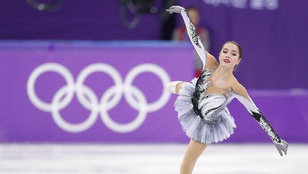 Российская фигуристка Алина Загитова выступает в короткой программе женского одиночного катания на соревнованиях по фигурному катанию на XXIII зимних Олимпийских играх - Sputnik Узбекистан