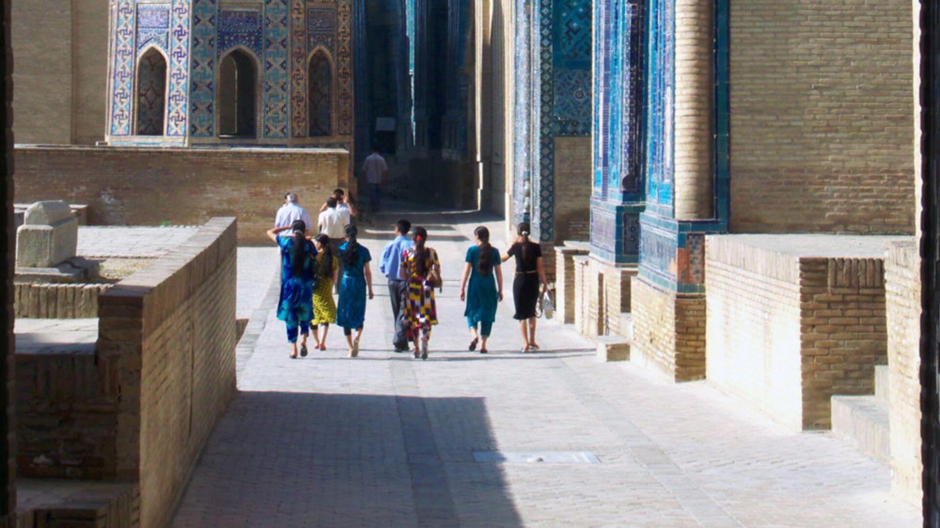 Туристы прогуливаются в Самарканде, Узбекистан - Sputnik Узбекистан, 1920, 30.03.2021