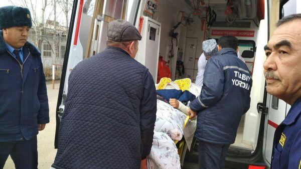 Транспортировка пострадавших при пожаре в Кыргызстане узбекистанцев - Sputnik Ўзбекистон