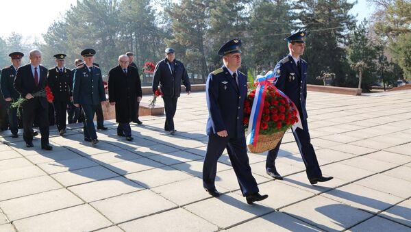 Возложение цветов на волгоградском кладбище Ташкента к 100-летию Красной Армии - Sputnik Узбекистан