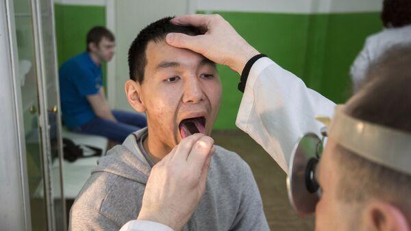 Пациент во время медосмотра у отоларинголога - Sputnik Ўзбекистон