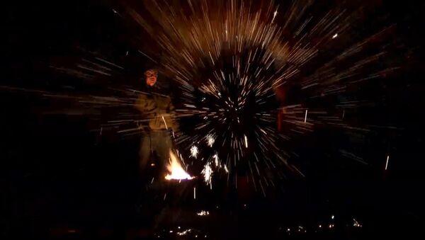 Огненное представление с расплавленным железом от китайских кузнецов - Sputnik Ўзбекистон