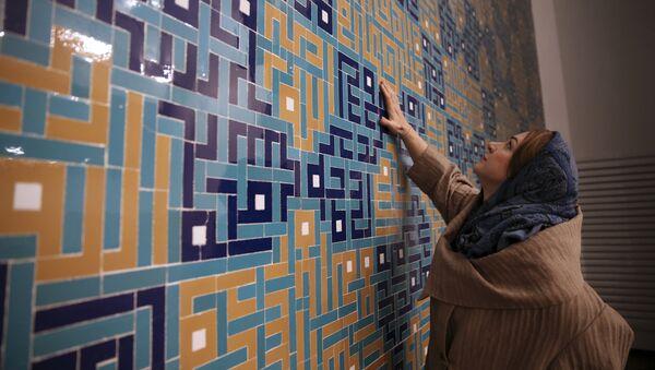 Среда, 7 февраля 2018 года. Екатерина Спиридонова, одна из архитекторов мечети Вали-эс-Аср, на ее первом этаже в мужском молитвенном зале, в Тегеране, Иран. Архитекторы вместо традиционных закругленных минаретов предпочли современный дизайн - волны серого камня и бетона, которые, как они говорят, дополняют окружающую архитектуру. - Sputnik Узбекистан