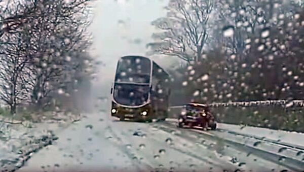 В шотландском городе Эдинбург водитель автобуса виртуозно избежал столкновения с автомобилем - Sputnik Узбекистан