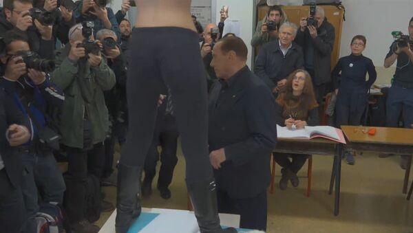 Активистка FEMEN атаковала Берлускони - Sputnik Узбекистан