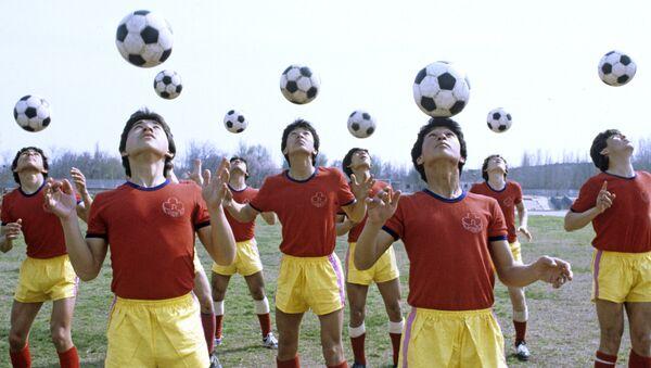 Футболисты одной из ташкентских спортивных школ на тренировке - Sputnik Ўзбекистон