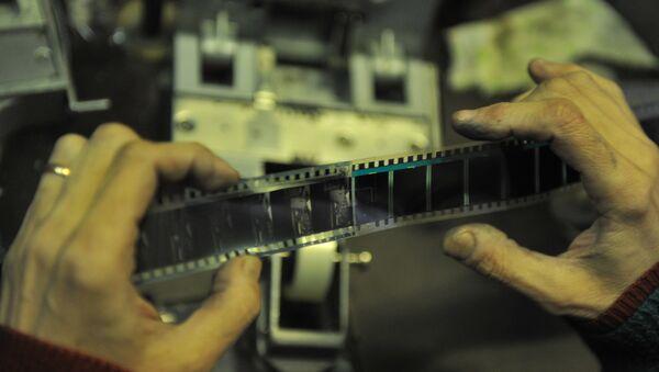 Сотрудник просматривает кинопленку - Sputnik Ўзбекистон