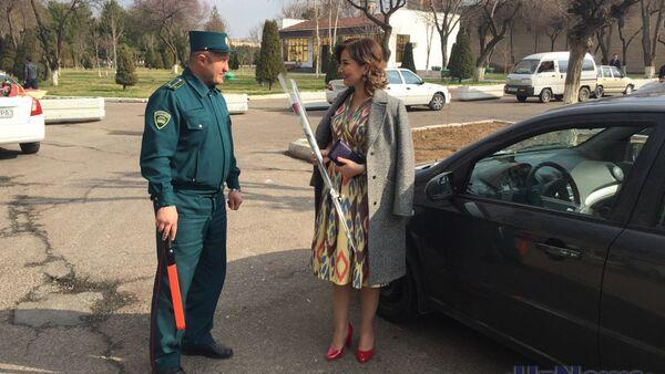 Сотрудника УБДД дарят женщинам цветы 8 марта - Sputnik Ўзбекистон