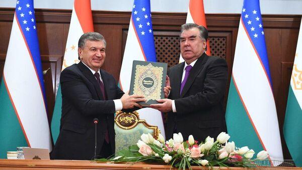 Шавкат Мирзиёев подарил Рахмону книгу таджикского поэта Джами - Sputnik Узбекистан
