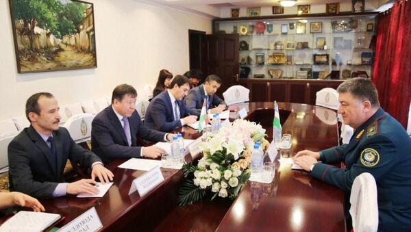 Главы МВД Узбекистана и Таджикистана Пулат Бобожонов и Рамазон Рахимзода - Sputnik Узбекистан