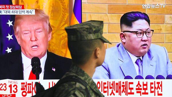 Фотография Ким Чен Ына и Дональда Трампа на экране телевизора - Sputnik Ўзбекистон