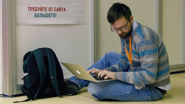 Журналист печатает текст на выставке Mitt в Москве - Sputnik Ўзбекистон