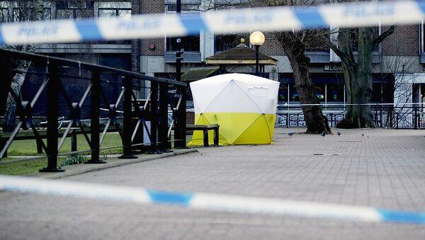 Палатка, установленная полицейскими на месте отравления экс-полковника ГРУ Сергея Скрипаля  и его дочери - Sputnik Узбекистан