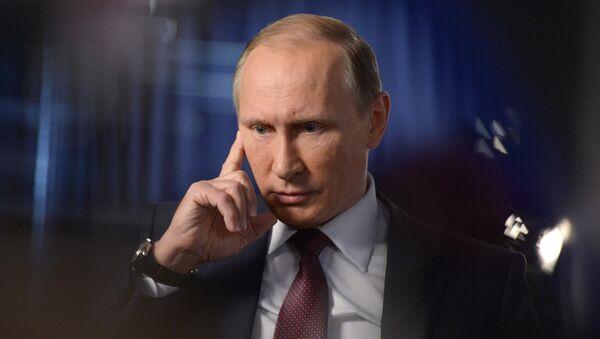 Президент РФ Владимир Путин во время интервью - Sputnik Узбекистан