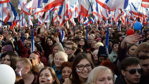 Участники митинга в Севастополе в честь годовщины воссоединения Крыма с Россией - Sputnik Узбекистан