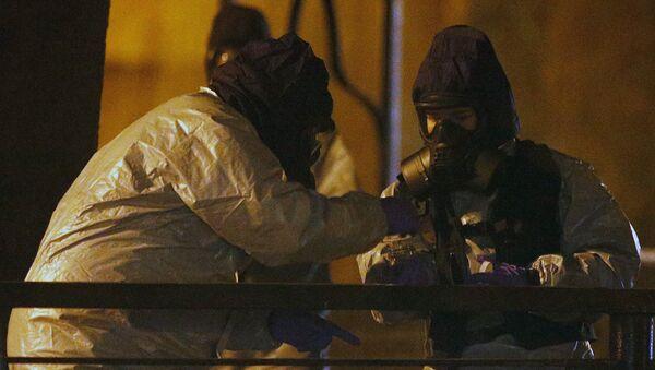 Сотрудники экстренных служб в защитной одежде работают возле скамейки, где в Солсбери нашли отравленных бывшего российского разведчика Сергея Скрипаля - Sputnik Ўзбекистон