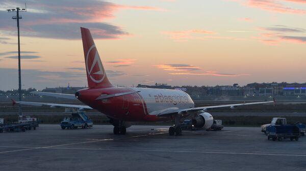 Самолет Airbus A319 авиакомпании Turkish Airlines в Международном аэропорту имени Ататюрка в Стамбуле - Sputnik Ўзбекистон