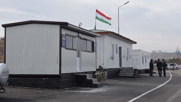 КПП Равот на границе Таджикистана и Узбекистана в городе Канибадам, архивное фото - Sputnik Ўзбекистон