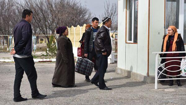 Жители Узбекистана пересекают границу с Таджикистаном на КПП Патар, архивное фото - Sputnik Ўзбекистон