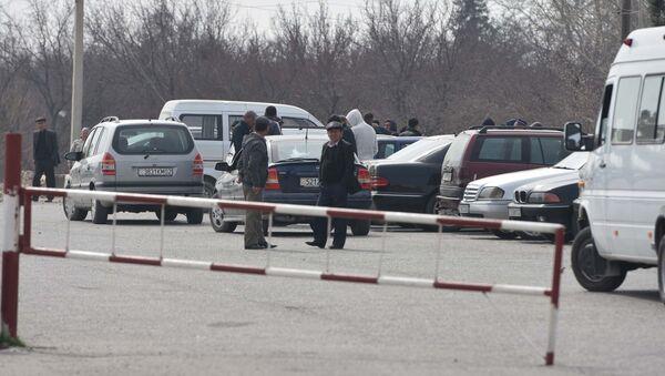Таксисты на границе между Узбекистаном и Таджикистаном, архивное фото - Sputnik Узбекистан