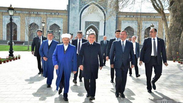 Шавкат Мирзиёев посетил мавзолей Имама Бухари - Sputnik Ўзбекистон