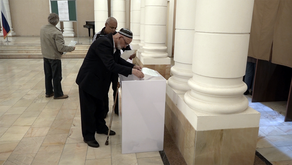 Избиратели на одном из участков в Ташкенте во время выборов президента РФ - Sputnik Узбекистан