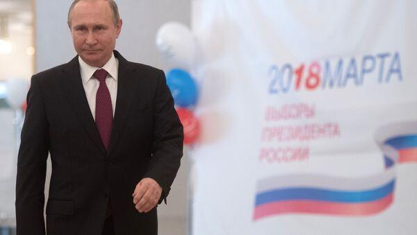 Кандидат в президенты России, действующий президент России Владимир Путин во время голосования на выборах президента России - Sputnik Узбекистан
