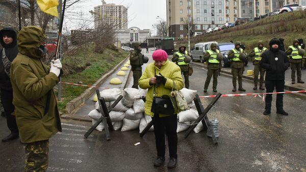 Сотрудники МВД Украины и представители националистических организаций блокируют здание консульства РФ в Одессе в связи с выборами президента РФ - Sputnik Узбекистан