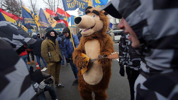 Сотрудники МВД Украины и представители националистических организаций блокируют здание Посольства РФ в Киеве в связи с выборами президента РФ - Sputnik Узбекистан