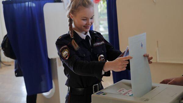 Кадет во время голосования на выборах президента России в Москве - Sputnik Узбекистан