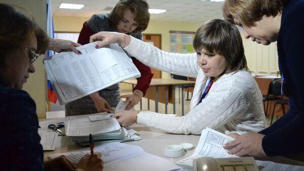 Члены избирательной комиссии во время подсчета голосов на одном из избирательных участков во Владивостоке - Sputnik Узбекистан