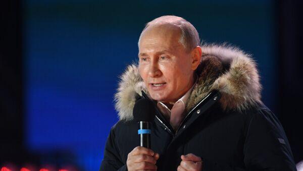 Президент РФ В. Путин посетил митинг-концерт в Москве, посвященный годовщине воссоединения Крыма с Россией - Sputnik Узбекистан