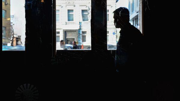 Силуэт мужчины на фоне окна - Sputnik Ўзбекистон