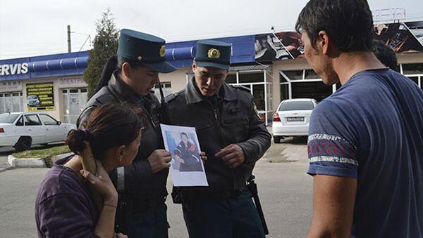 Сотрудники ГУВД г. Ташкента помогают потерявшему память мужчине вернуться домой - Sputnik Узбекистан