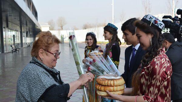Представители таджикских туркомпаний встретили туристов в аэропорту - Sputnik Узбекистан