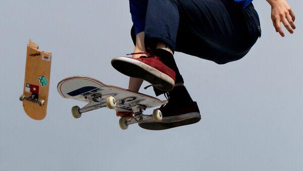Спортсмен-скейтбордист выступает в скейт-парке - Sputnik Ўзбекистон