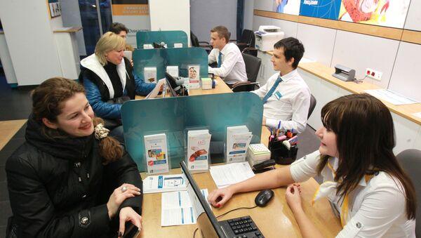 Менеджеры банка работают с клиентами - Sputnik Узбекистан