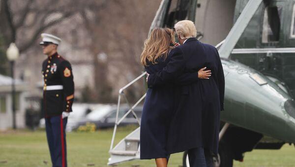Президент США Дональд Трамп с женой Меланией садятся в вертолет на лужайке перед Белым домом, Вашингтон - Sputnik Ўзбекистон