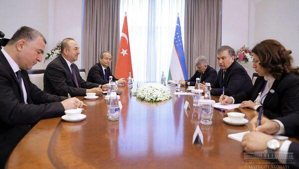 Шавкат Мирзиёев принял министра иностранных дел Турции Мевлюта Чавушоглу, принявшего участие в международной конференции Мирный процесс, сотрудничество в сфере безопасности и региональное взаимодействие. - Sputnik Узбекистан