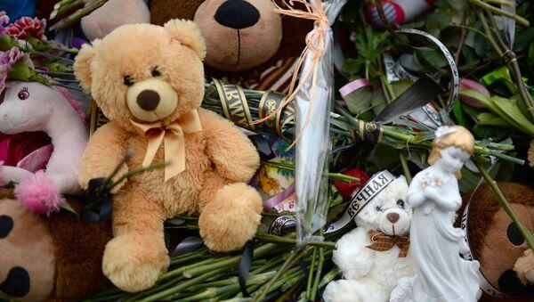 Цветы в память о погибших в ТЦ «Зимняя вишня» - Sputnik Ўзбекистон