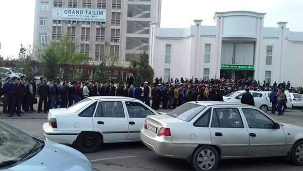 В Ташкенте люди стояли в большую очеред чтобы купить Коран - Sputnik Ўзбекистон