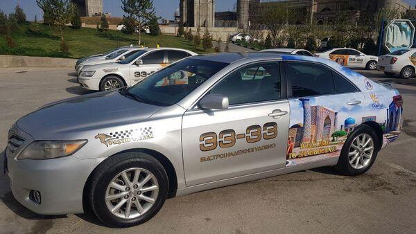 На автомобилях городских служб такси Узбекистана, размещена реклама туристических мест, архивное фото - Sputnik Узбекистан